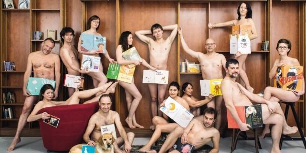 Quattrodici professionisti del libro francesi hanno posato per un ironico scatto dopo la messa al bando del libro Tous à poil